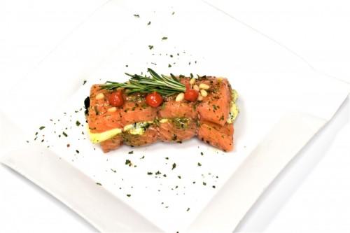 Zalmrollade gevuld met spinazie en gorgonzola